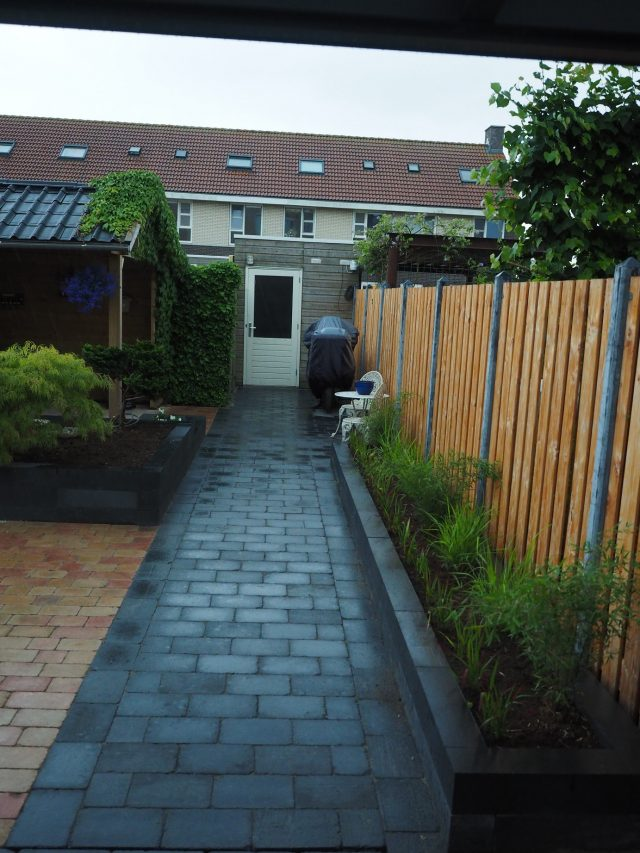 Douglas tuinschermen in betonsysteem