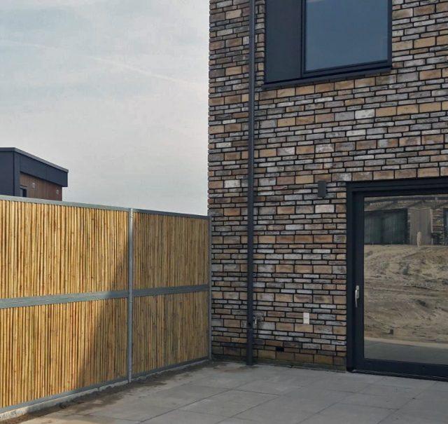 Bamboo-wall i.c.m. een glazen pui