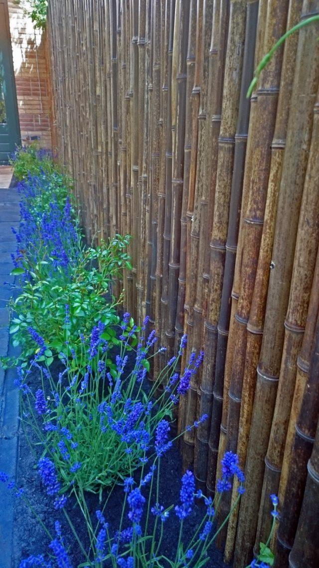 Bamboeafscheiding gemonteerd op bestaande schutting