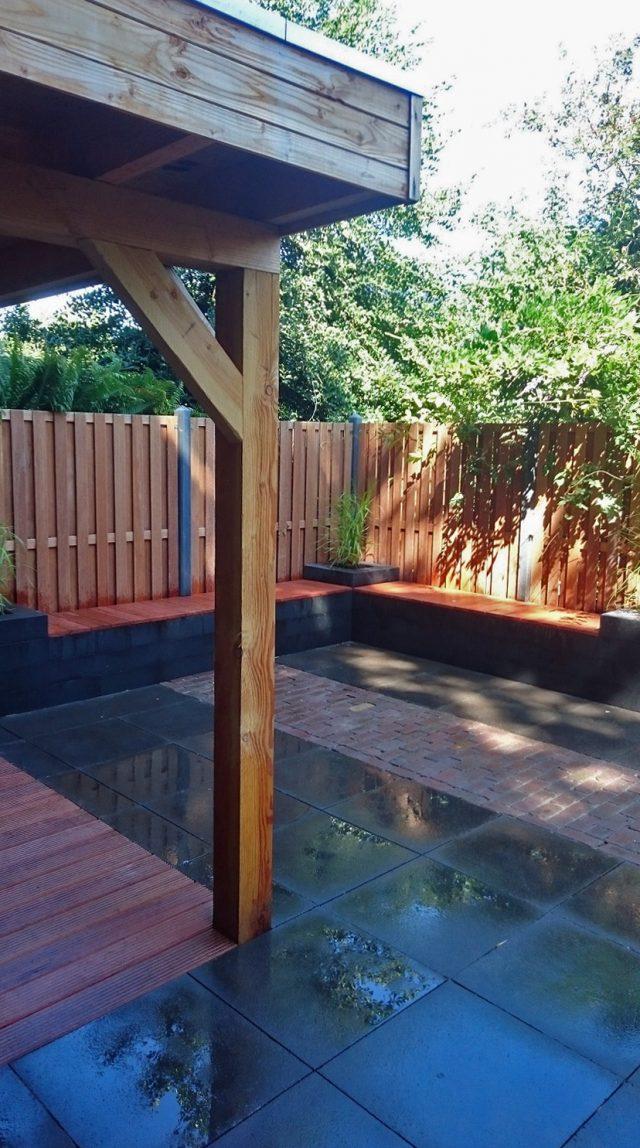 Terrasje met geïntegreerde tuinbankjes