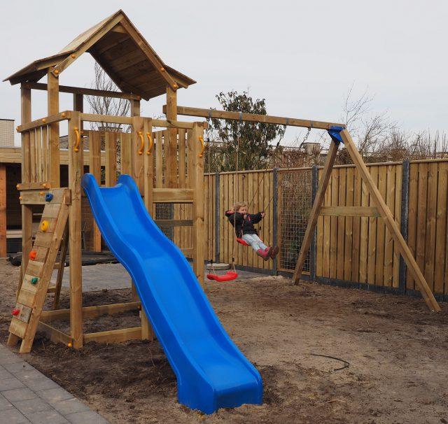 Schuttingbouw met speelhuisje
