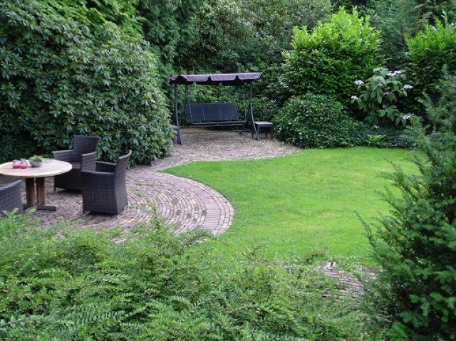 Terrassen aangelegd in klassieke tuin in Soest