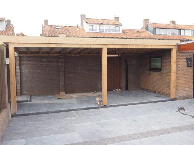 Natuurstenen bestrating i.c.m. verandabouw van douglas