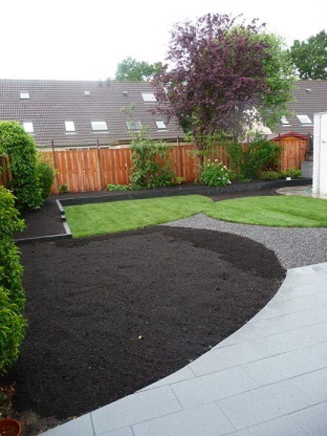 Terrasaanleg met half-verharding en plaatsen tuinschermen