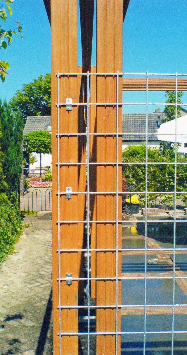 Pergola met 3 liggers en betongaas voor klimplanten.